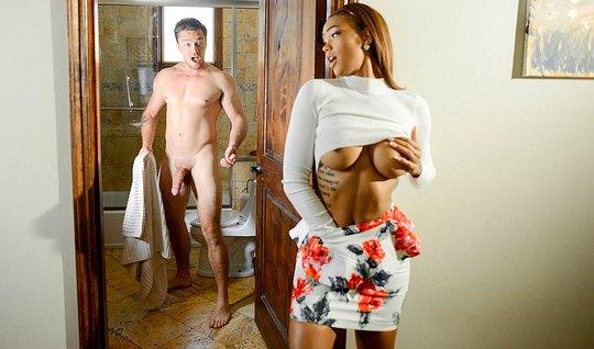 Развратная мулатка с пышной грудью занимается сексом с белым парнем
