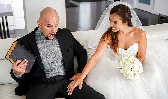 Лысый мужик трахает темноволосую невесту белом платье и доводит ее до ...