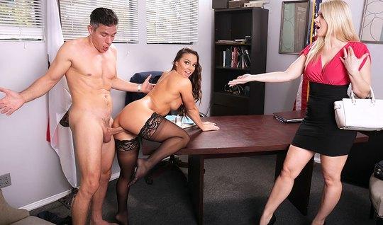 Мужик трахает офисную работницу при своей секретарше на большом столе...