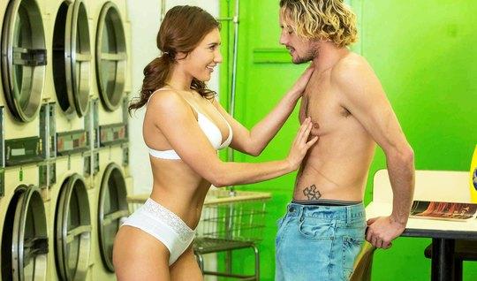 Блондин поимел красивую незнакомку в прачечной и обкончал ее тело...