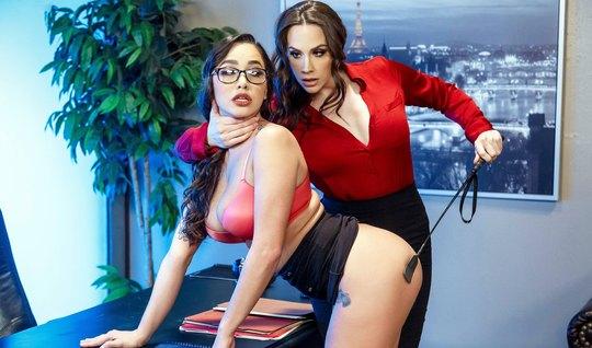 Две лесбиянки в офисе трахают друг друга язычками в офисе на столе...