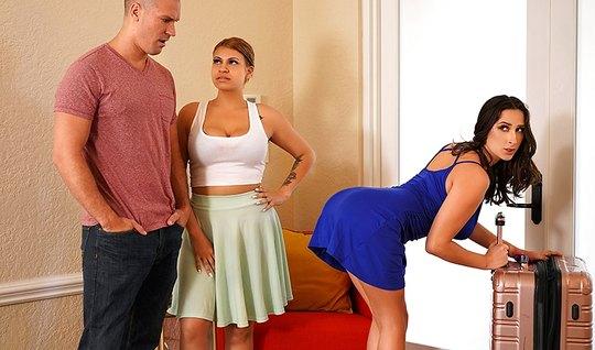 Лысый мужик изменяет жене с жопастой брюнетке в спальне крупным планом...