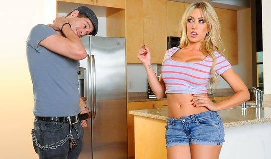 Сисястая блондинка соблазнила парня на секс на кухонном столе...