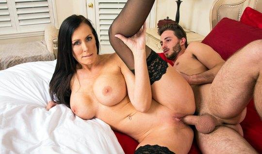 Молодой любовник пялит членом секс мамку с большими дойками...