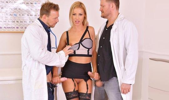 Два доктора прогнули блондинку в чулках и оттрахали ее в два ствола