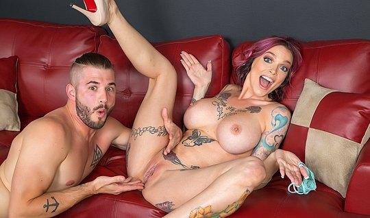 Татуированная сучка на кастинге соблазняет своим телом продюсера...
