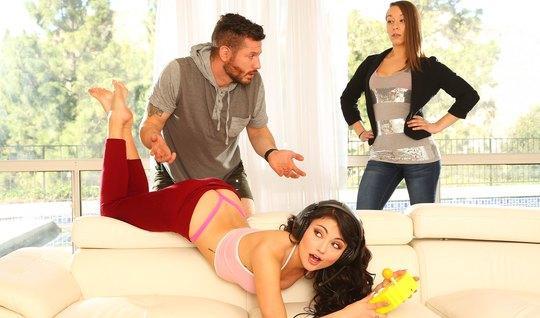 Муж изменяет молодой жене и долбит раком зрелую любовницу в гостиной...