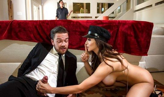 Нимфа с большими дойками изменяет мужу с его личным привлекательным во...