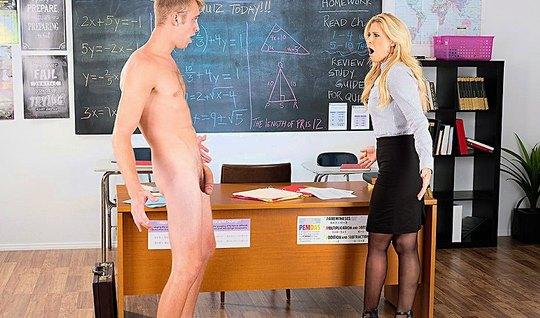 Деловая мамка отдалась светловолосому студенту на столе в колледже...