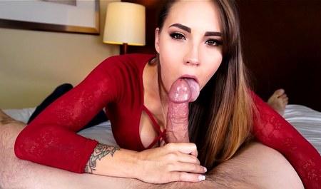 Шикарная девушка в красной кофте классно отсасывает упругий пенис прия...