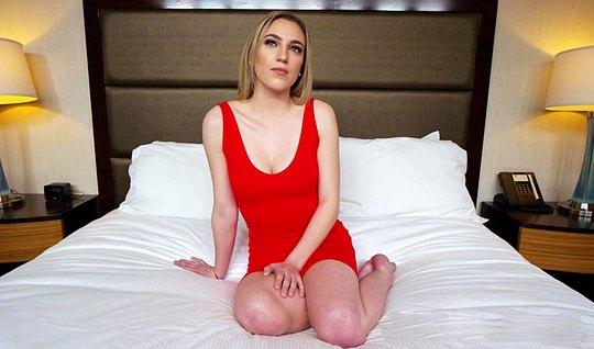 Страстная блондинка в красном платье дала незнакомцу на кастинге после...