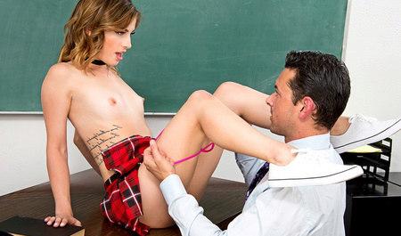 Мужчина трахает худую студентку на столе и наслаждается её стройным те...