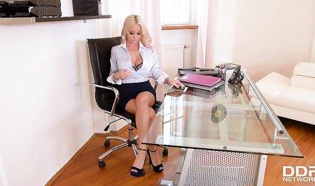Развратная блондинка дала боссу в анальную дырку прямо в офисе