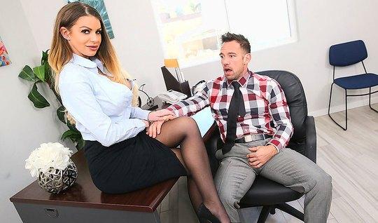 Секретарша в чулках удовлетворяет своего начальника в офисе