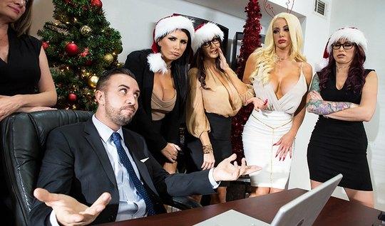 Парню толпа девушек подарили страстный секс в офисе под новый год...