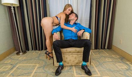 Сексуальная блондинка вечером нежно трахнулась со своим любовником