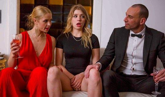 Мужик смотрит как две его любовницы трутся клиторами на полу...