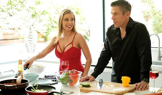 Замужняя сисястая блондинка сосет член любовника на кухне...