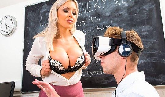 Блондинка страхается со студентом в колледже во время лекции...