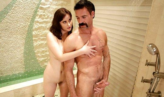 Мамка трахается с усатым соседом и делает ему массаж члена киской...