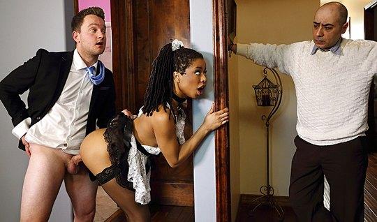 Мулатка в униформе горничной изменяет мужу с возбужденным любовником...